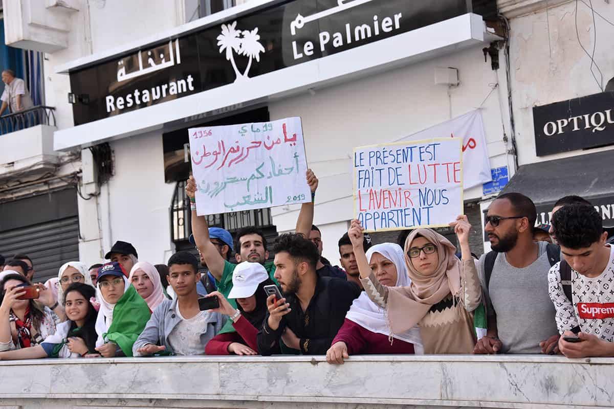 Crédit photo: Interlignes MEDIA. Les manifestants marchent à Alger pour exiger le départ de tout le système.