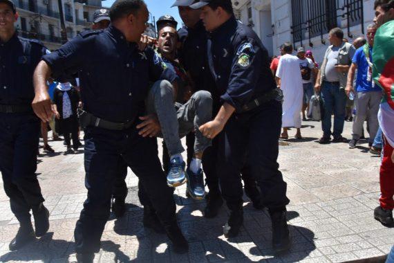 Violente répression du mouvement populaire pacifique à Alger! Le pouvoir semble décidé à passer à la répression massive des manifestants qui refusent, malgré tout, d'accepter sa feuille de route visant à remettre sur selle un système politique honni.