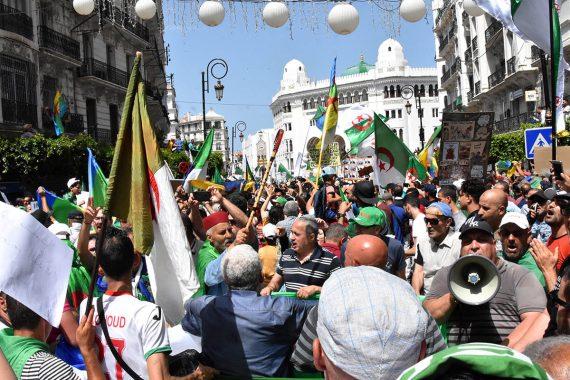 Plus que jamais uni ! C'est le cas de le dire en voyant la réaction de tous les Algériens, aujourd'hui, à la tentative de division de leur mouvement. En effet, ce 18evendredi de la mobilisation populaire contre le système en place a été historique à plus d'un titre.
