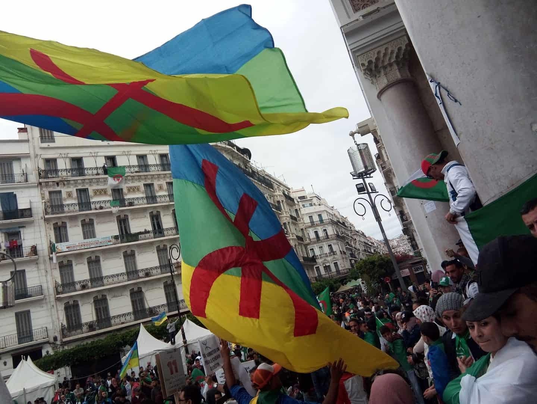 Procès scandaleux : 33 détenus devant le juge pour port de drapeau amazigh !