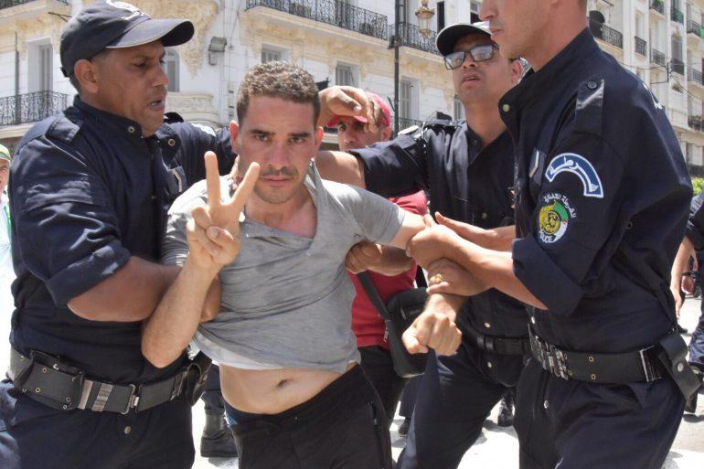 Arrestation de manifestants qui portent le drapeau Amazigh à Alger.