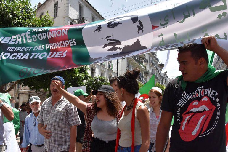 Les manifestants à Alger brandissent une banderole sur laquelle est inscrit : Libérez les détenus d'opinion