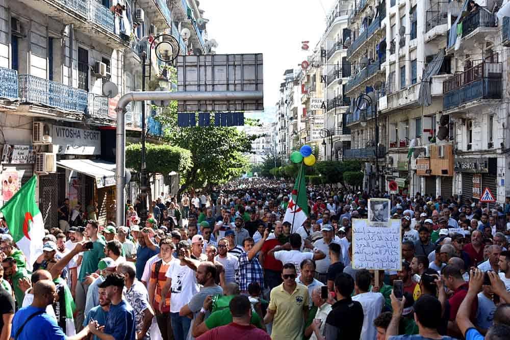 Des milliers de personnes dans la rue Hassiba Ben Bouali
