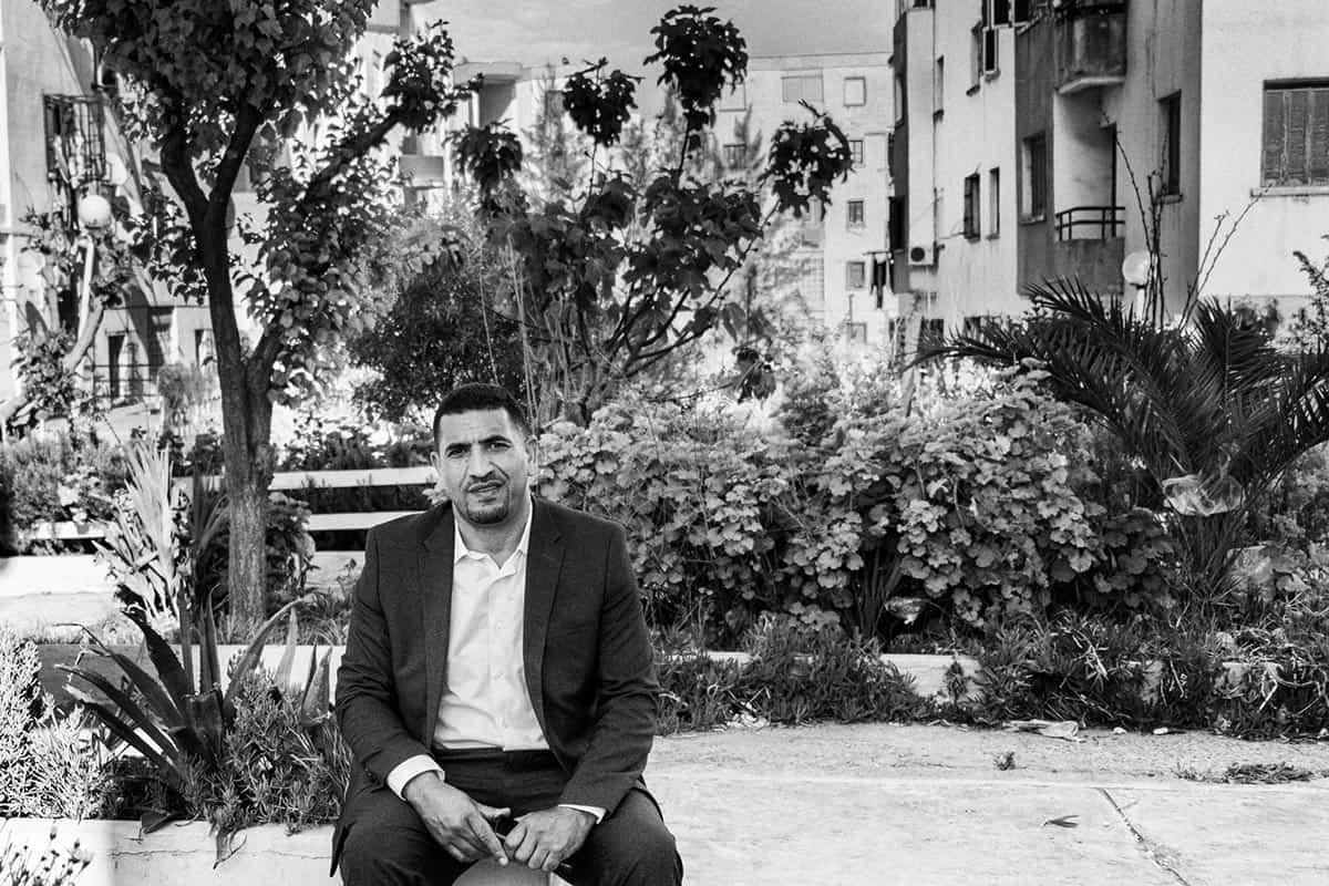 © Ferhat Bouda pour INTERLIGNES & Agence Vu | Karim Tabou près de sa demeure à Douera