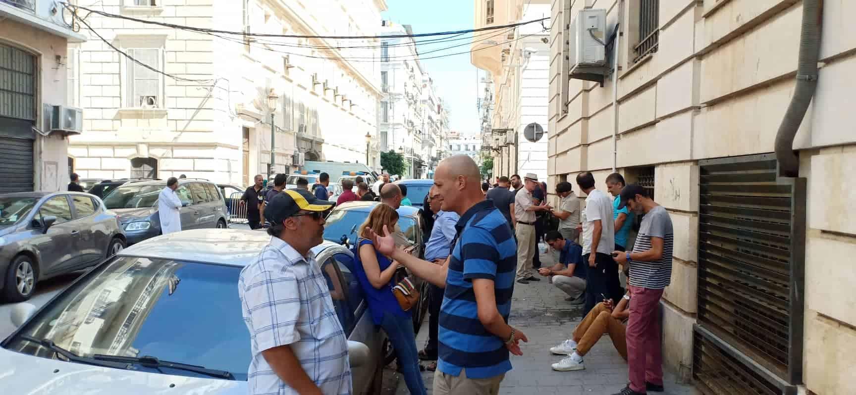 Rassemblement en Soutien à Sabrina Malek devant le Tribunal Sidi M'hammed à Alger