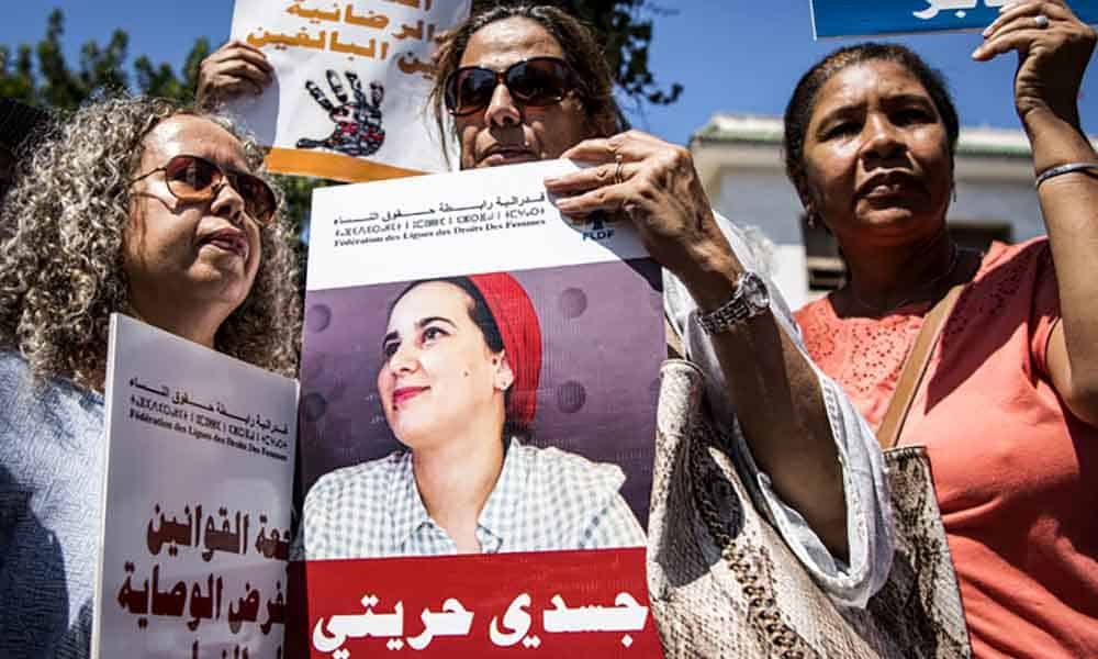 """es manifestantes brandissent des portraits de la journaliste marocaine Hajar Raissouni, jugée pour """"avortement illégal"""", le 9 septembre à Rabat"""