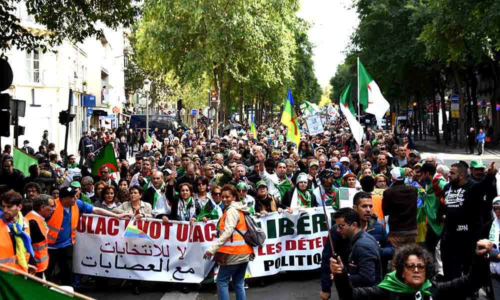 DR | Les algériens résidents à Paris marchent et revendiquent la libération de tous les détenus d'opinion.