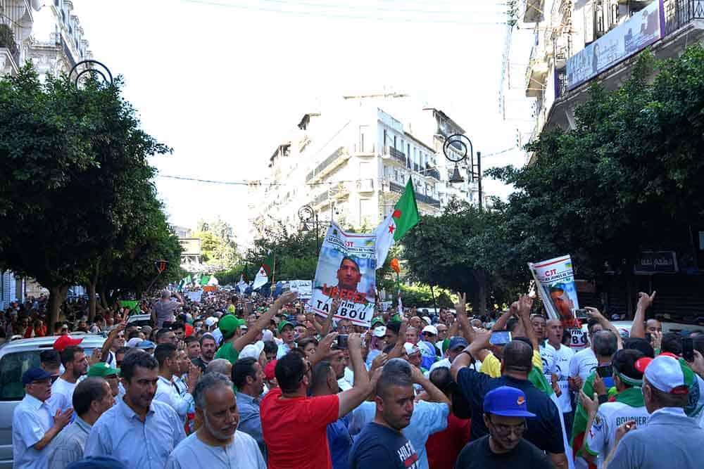© INTERLIGNES | La foule des manifestants à la rue Didouche Mourad au 33e vendredi du Hirak