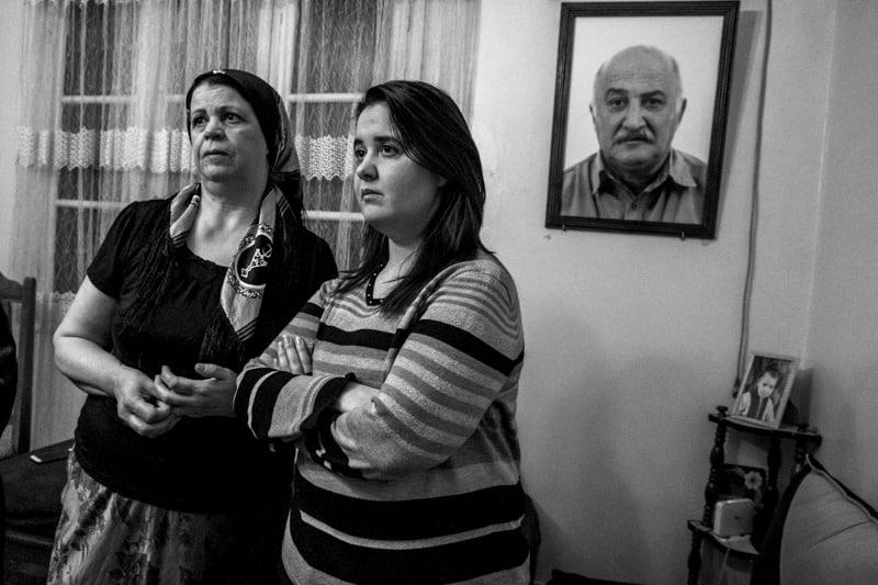 © Ferhat Bouda pour l'agence VU | Khadidja, maman de la détenue d'opinion Samira Messouci avec sa soeur Amina, chez elles à Bouira