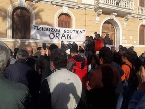 © INTERLIGNES | Rassemblement devant l'ancienne maire au centre ville de Tizi Ouzou en soutien à Oran