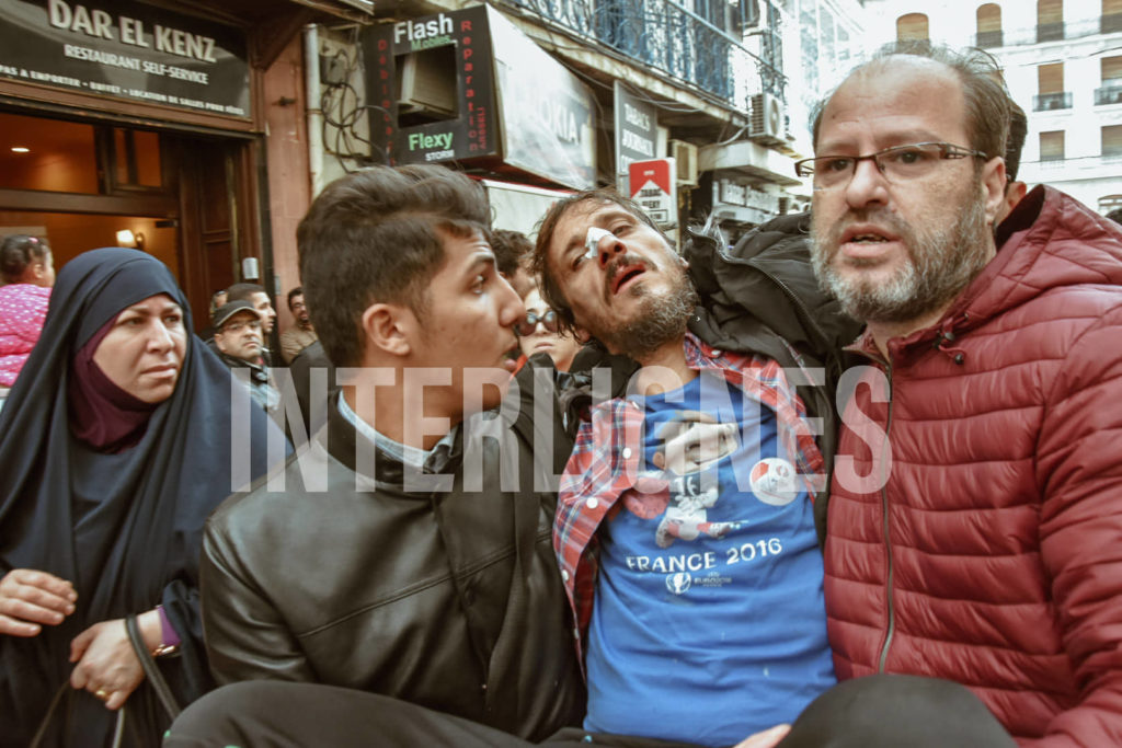 © INTERLIGNES   Manifestant blessé et évacué lors de la manifestation du 11/ 12 2019 à Alger