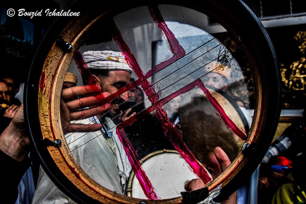 © INTERLIGNES | L'instrument Bendir avec le signe des hommes libres