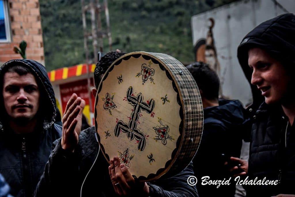 © INTERLIGNES | Un groupe de jeunes mettent l'ambiance avec l'instrument Bendir
