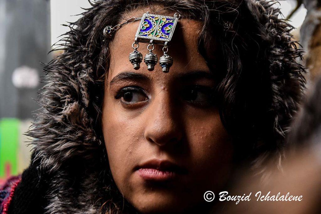 © INTERLIGNES | Une fille du ville Sahel ornée de bijoux traditionnels berbères