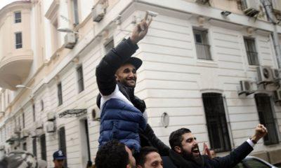 © Sami K| Scène de liesse suite à la libération des manifestants devant le tribunal Sidi M'hamed