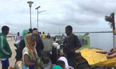 © DR   Les voyageurs se rassemblent, bloqués à la jetée de Lamu, à la suite d'une attaque du groupe islamiste somalien al Shabaab sur une base militaire à Manda.
