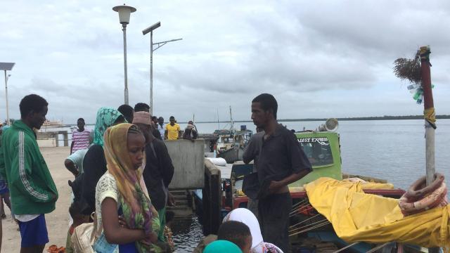 © DR | Les voyageurs se rassemblent, bloqués à la jetée de Lamu, à la suite d'une attaque du groupe islamiste somalien al Shabaab sur une base militaire à Manda.