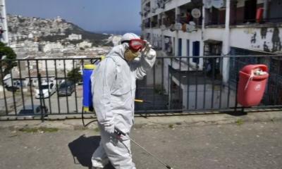 © DR | Un employé municipal algérien désinfecte une rue du quartier de Bab el-Oued à Alger, le 9 avril 2020. RYAD KRAMDI / AFP