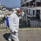 © DR   Un employé municipal algérien désinfecte une rue du quartier de Bab el-Oued à Alger, le 9 avril 2020. RYAD KRAMDI / AFP