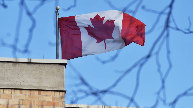 Le drapeau canadien flotte au-dessus de l'ambassade en Chine, le 15 janvier 2019 à Pékin