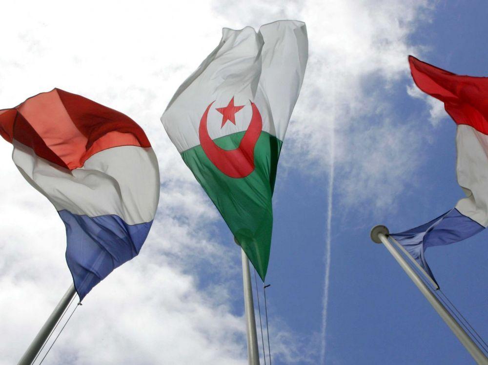 © DR   Drapeaux algérien et français