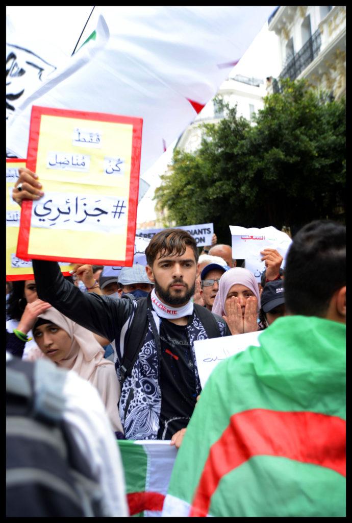 © SAMI K. | Un étudiant brandit une pancarte lors du 110e mardi des étudiants à Alger