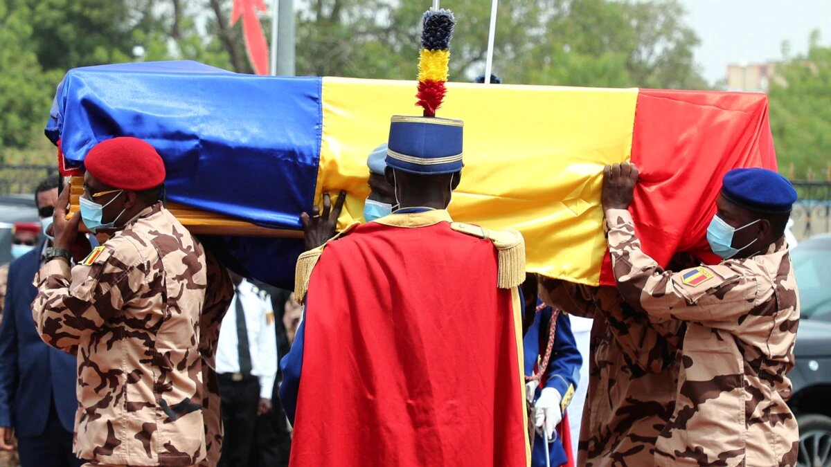 © DR   Des soldats tchadiens portent le cercueil de feu le président tchadien Idriss Deby lors des funérailles nati