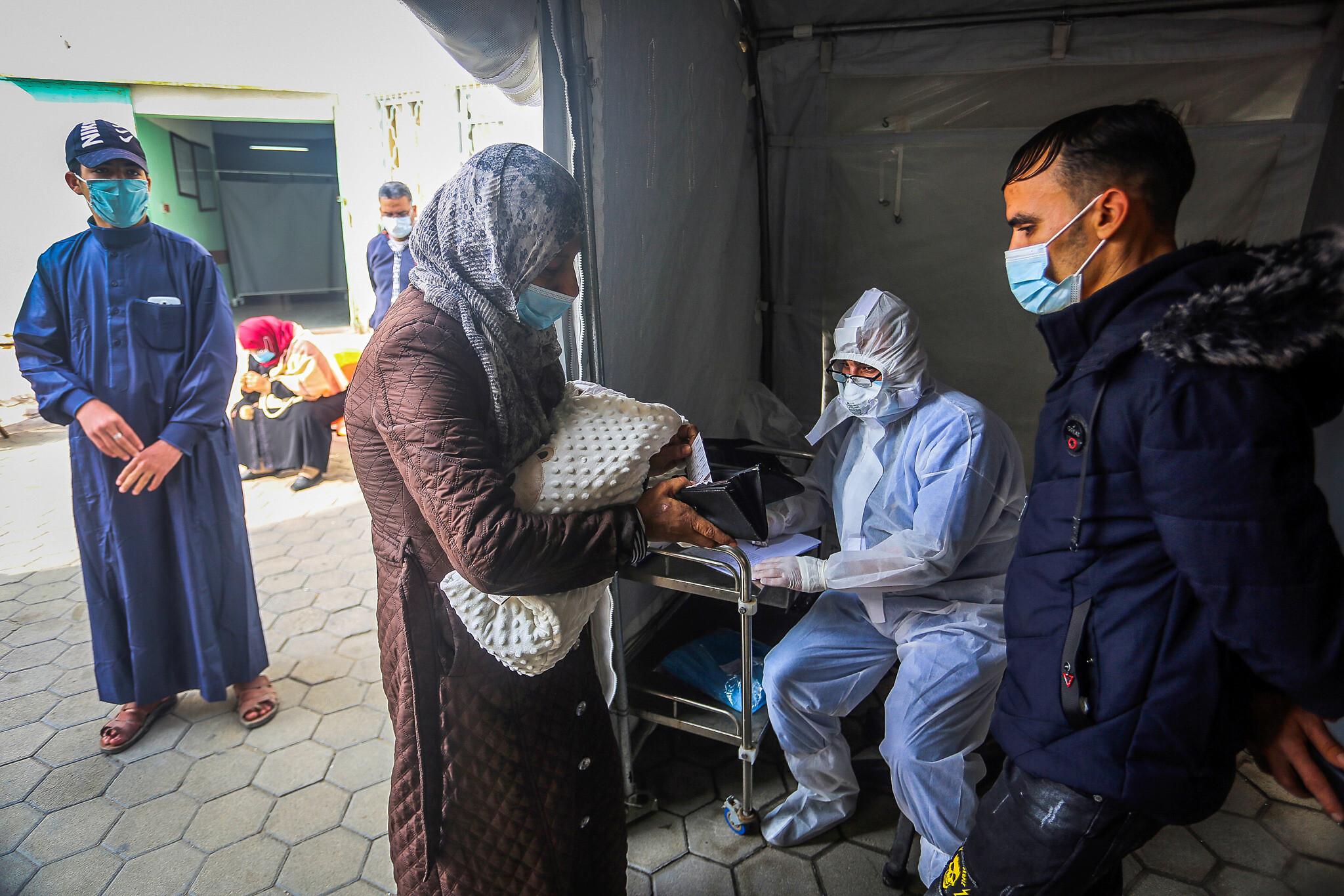 © DR | Un soignant palestinien effectue un dépistage pour le coronavirus dans un centre de santé à Rafah, dans le sud de la bande de Gaza, le 5 janvier 2020.