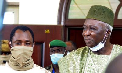 © DR   Le Président de transition Bah Ndaw et le colonel Assimi Goïta