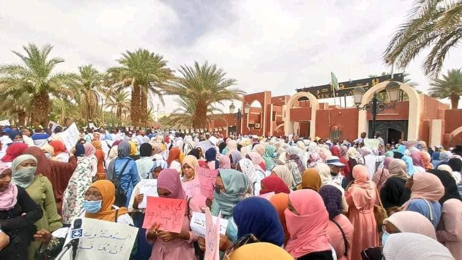 © DR | Sit-in des employés de l'éducation devant le siège de la wilaya d'Adrar en solidarité avec les neuf enseignantes agressées à Bordj Badji Mokhtar
