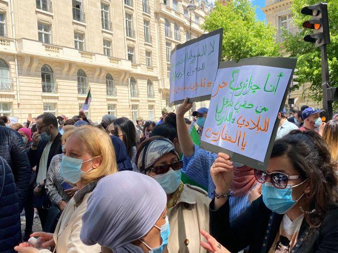 © DR   Des ressortissants algériens protestent en France contre les conditions de réouverture des frontières