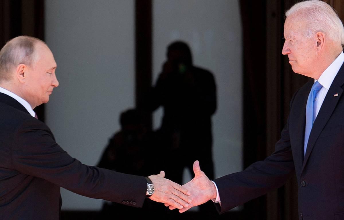 © Première poignée de main entre Biden et Poutine. — Brendan Smialowski / AFP