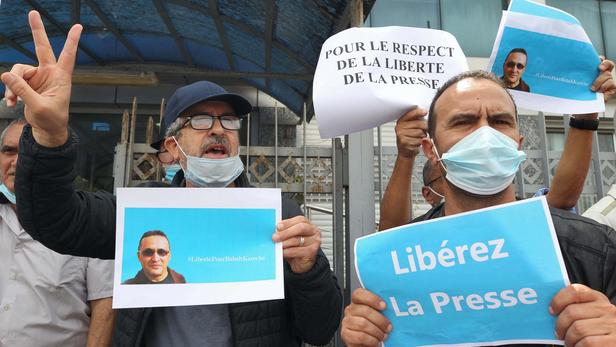 © DR   sit-in devant les locaux du journal Liberté pour la libération de Rabah Karèche le 25 avril 2021