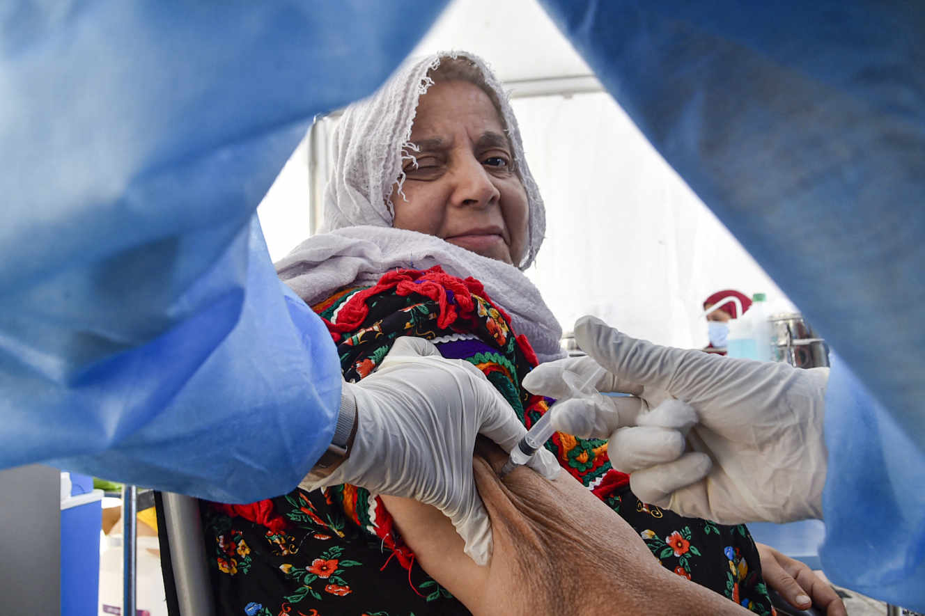 Une femme reçoit une injection d' AstraZeneca dans un centre de vaccination du quartier de Bab el-Oued, à Alger, le 7 juin 2021. RYAD KRAMDI / AFP
